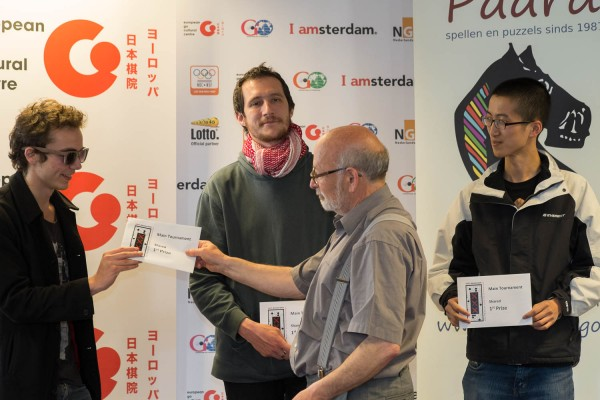 2015.05.22_Amsterdam Tournament Director Roel van Kollem handing out the prizes to the 3 winners