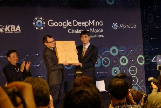 2016.03.17_AlphaGo-Lee-Sedol-game-5-signed-Go-board-550x368