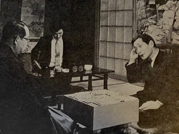 Miyashita Shūyō and Fujisawa Hōsai talking after counting the score of their game at the 3rd Hayago Championship in March 1971